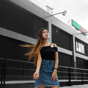 Candid shots are mostly hated but sometimes it is the best as it shows nothing but your genuine self; not scripted, no pretences. 📸 In this world full of fake moments, be natural & don't be afraid of the stolen shots. #clozette #ootd