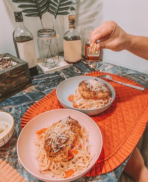 We love our bread, we love our butter, but most of all we love each other 🍁 Let our hearts be full of both thanks and giving.  Though it's not turkey on the table, it was definitely a treat and not to mention, a skill unlocked when I was able to cook this Baked Chicken Parmesan dish all thanks to @hellofresh 🍝  Also, If you want see how my journey went, make sure to check out my 'Holiday' highlight and don't forget to use my special code 'LEXIEPUZON9' to get 9 FREE meals when you sign up — Link in my bio! #HelloFreshPartner #HelloFreshPics . . . . . . . . . . . . . . .  #365GoesToCalifornia #365Travels #Clozette  #California #WestCoast #SoCal #SoCalBlogger #SoCalBloggerBabes #HelloFresh