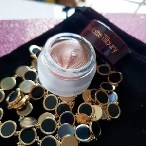 This #CharlotteTilbury Eyes to Mesmerize cream eyeshadow in Jean is one of my January favourites (clickable link on my profile) 💋 absolutely a dream to slather across your lifs for a natural, brightened look. 5/5 stars! 🌟 . . . #eyestomesmerise ##clozette #makeup #flatlay #makeupsg #sgmakeup #instamakeup #makeupporn #makeupjunkie #beauty #sgbeauty #igsgmakeup #instabeauty #beautytalk #makeuptalk #makeupflatlay