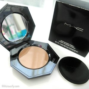 MAC's Sheer Mystery Powder - a touch up powder (comes with a refill!) in a sleek chrome prism packaging ♥______The lid has a magnetic closure, comes with a mirror and puff ♥______Part of the Ultimate collection available at @tangssg Orchard ♥______#macsheermystery #touchuppowder #macultimate #trendmood #chrome #industrialdesign #design #maccosmetics #mac #macaddict #macsg #tangssg #clozette #getklarity #newmakeup #makeuphaul #newinsg #makeupporn #makeupaddict #sgmakeup #makeupsg