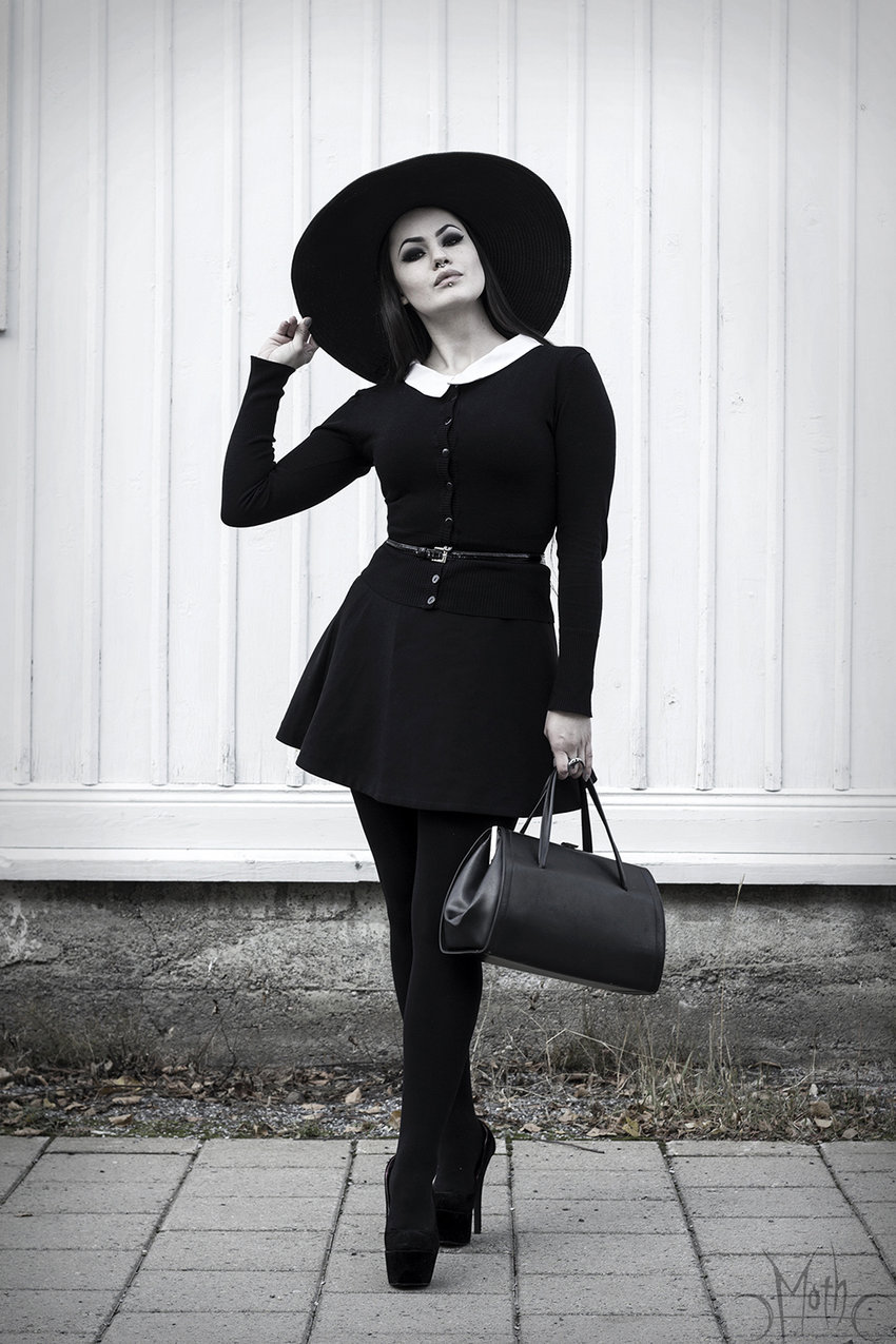 A Wednesday-Addams-esque outfit by Moth. Her hat is almost as wide as the hat I wore for Halloween. I think I'll post my All Hallows Eve costume tomorrow. Meanwhile, do pay a visit to Moth's blog here: http://mothmouth-throughthelookingglass.blogspot.com/