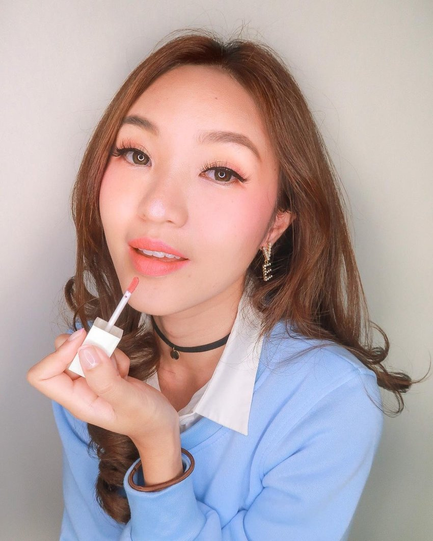 A girl wearing the Issy & Co. Liquid Lipstick in Ash Rose
