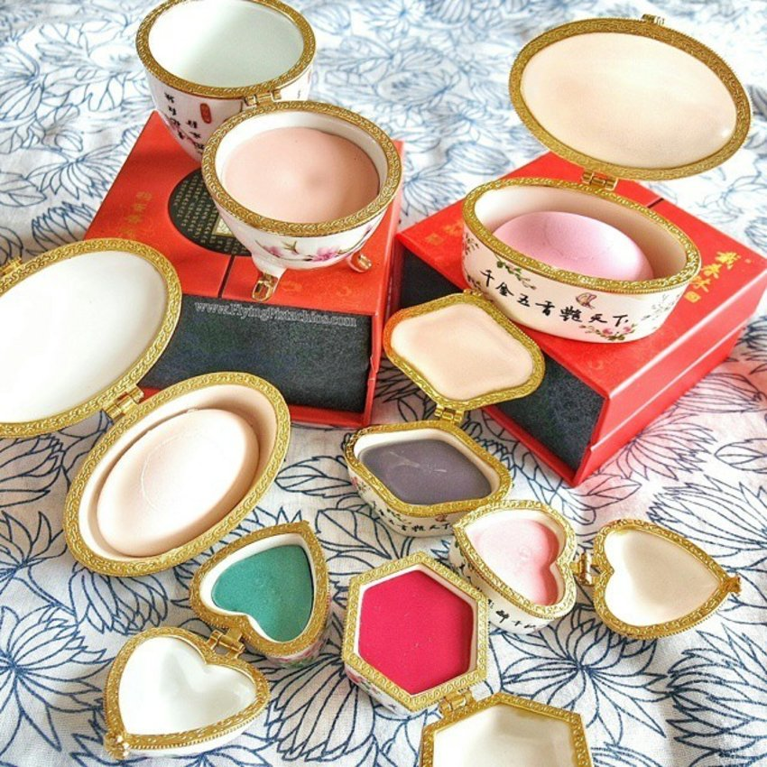The post many of you have been waiting for!  From makeup base to face powder and blush, to gorgeous cream eyeshadows and lip colour,  they even have brow color too!  Founded 388 years ago, Dai Chun Lin (戴春林) started as China's very first powdered fragrance brand.  Yes, all makeup products are natural and preservatives free as claimed by the sales girl, which also means shelf life is tad shorter than most makeup. The packaging is also much more convenient than Xie Fu Chun, which lacks locking mechanisms.  They also have skin care products, but contains preservatives (Bo bian). #clozette #suzhoulife
