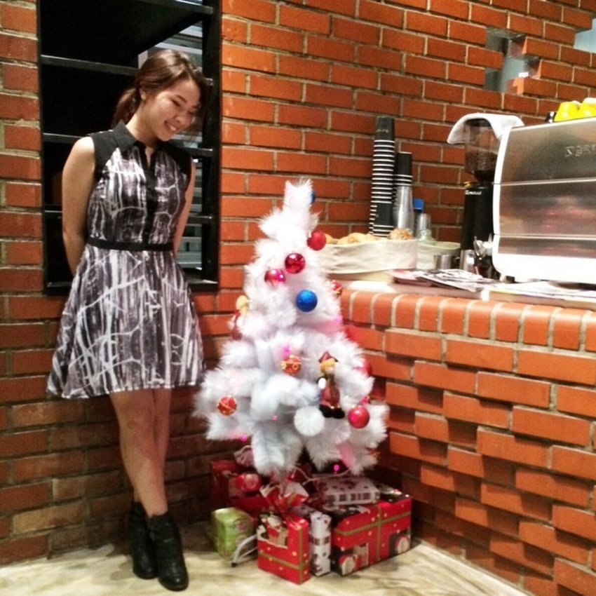 I hope your Christmas week has been a jolly one! 🎄💃💓 Here I am looking like a giant next to the cute Christmas tree at the quaint Bread & Hea... Read more →